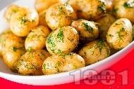 Оригинални задушени (бейби) пресни картофи соте с масло, чесън и копър на тиган